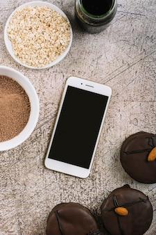 Smartphone tra biscotti e mais