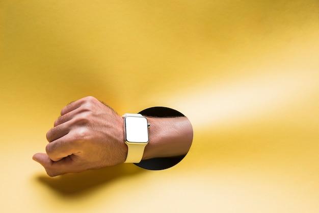 Smartwach di vista frontale sulla mano di persona