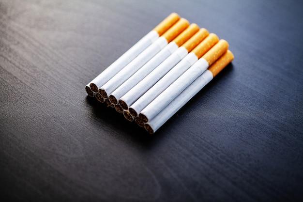 Smettere di fumare concetto su sfondo con sigarette rotte. mucchio di sigarette. vietato fumare