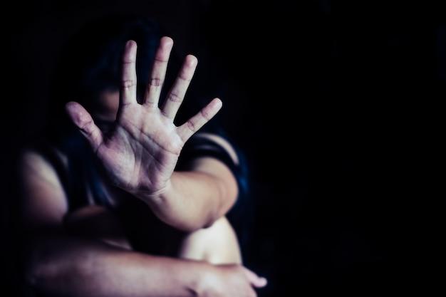 Smetti di abusare della violenza dei ragazzi. bondage del bambino nella sfocatura dell'immagine di angolo, giorno di diritti umani.