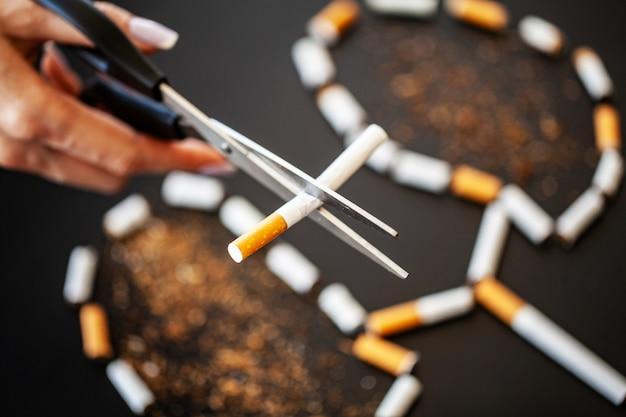 Smetti di fumare concetto con sigarette rotte. mucchio di sigarette. vietato fumare
