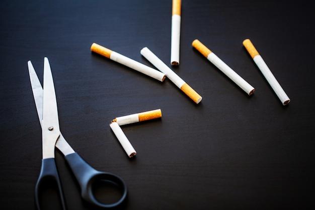Smetti di fumare concetto con sigarette rotte.