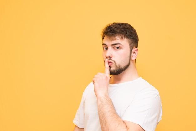 Smetti di parlare, concentrati indossando una maglietta bianca, in piedi sul giallo