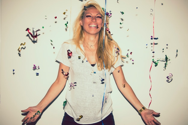 Smiley bionda in posa con confetti