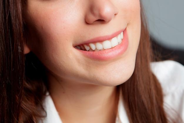 Smilig della ragazza con bei denti