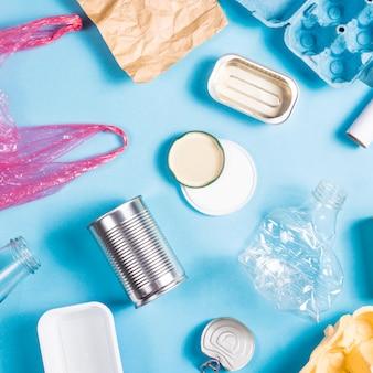 Smistamento dei rifiuti domestici per il riciclaggio. concetto di conservazione ambientale