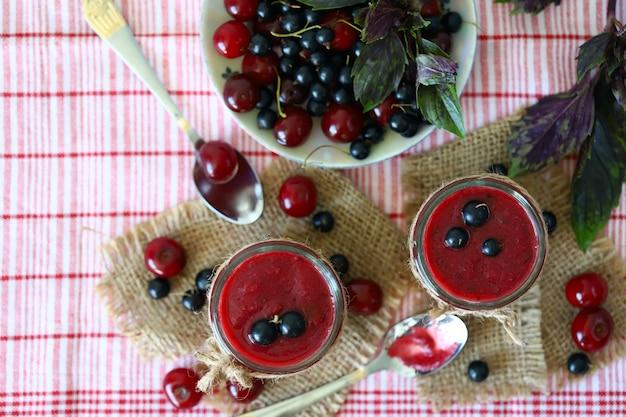 Smoothie detox con ciliegie e ribes nero.