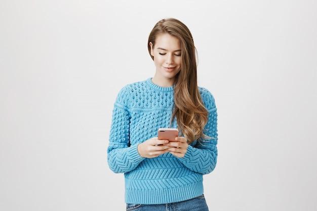 Sms donna attraente, utilizzare il telefono cellulare