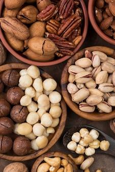 Snack biologico alle noci in varie ciotole