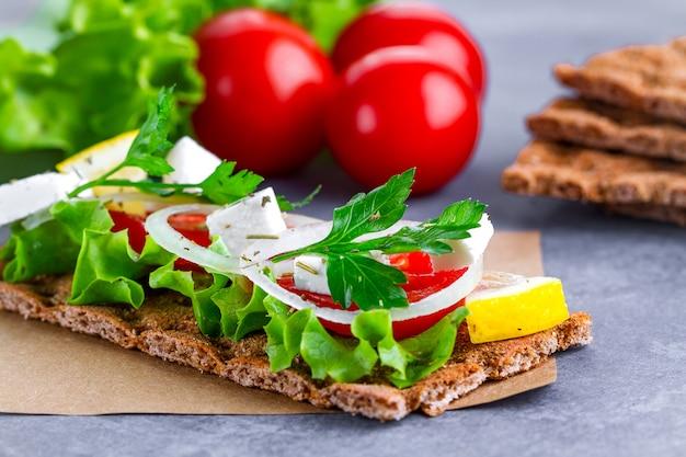 Snack bread e fitness mangiare con verdure
