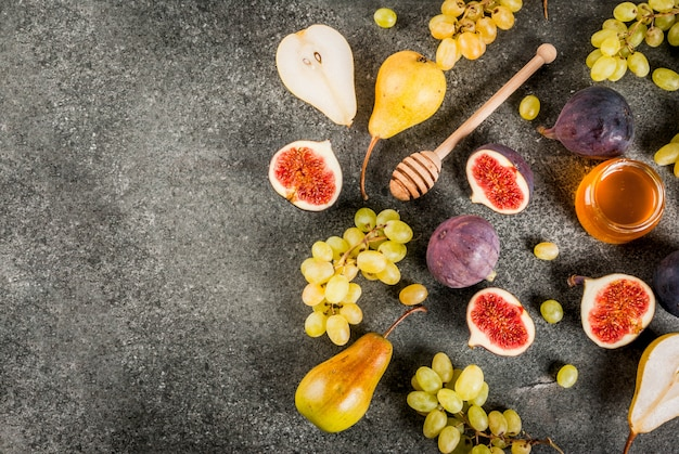 Snack, dessert dietetici vegani. frutti autunnali (fichi, pere, uva) con miele