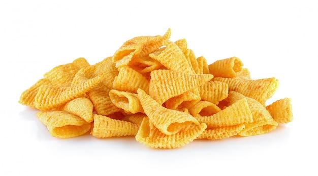 Snack di mais su uno sfondo bianco