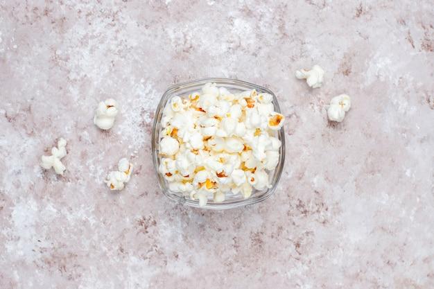 Snack salati. salatini, patatine, crackers, popcorn in ciotole. prodotti malsani. cibo cattivo per figura, pelle, cuore e denti. assortimento di alimenti a base di carboidrati veloci