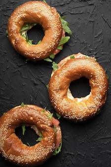 Snack salutare. bagel con salmone e rucola
