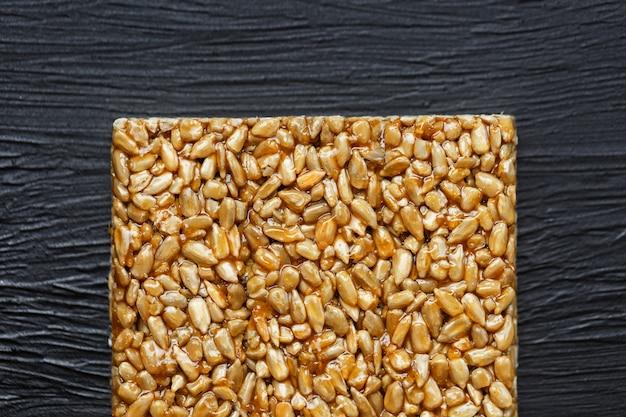 Snack utili. cibo dieta fitness. boletchik da semi di girasole kozinaki, barrette energetiche. vista dall'alto. copia spazio
