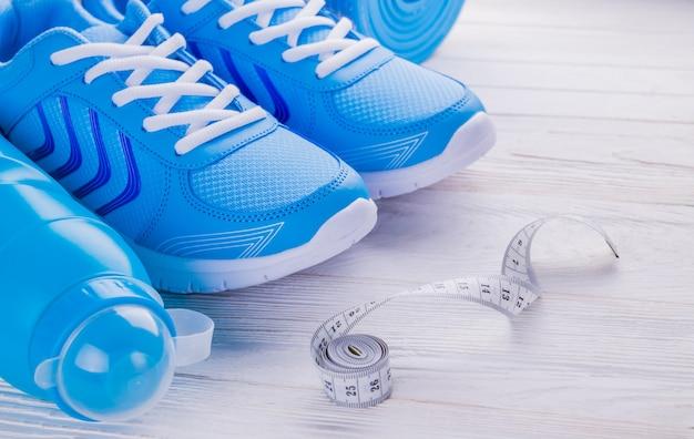 Sneaker scarpe tappetino bottiglia di acqua nastro di misurazione