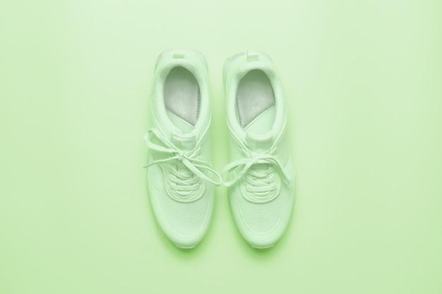 Sneaker sportive in colore verde chiaro.