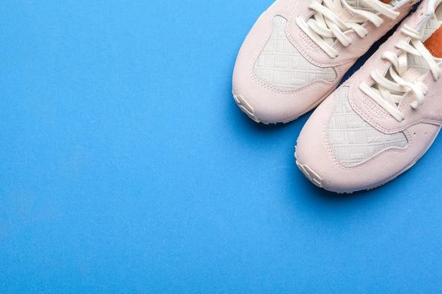 Sneakers casual su sfondo blu