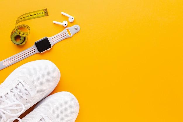 Sneakers e orologio sportivo con spazio di copia