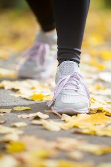 Sneakers femminili sul pavimento in una posizione di partenza