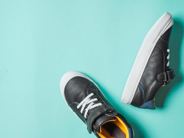 Sneakers grigie e gialle su sfondo blu