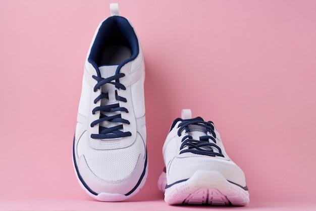 Sneakers maschili per correre su uno sfondo rosa