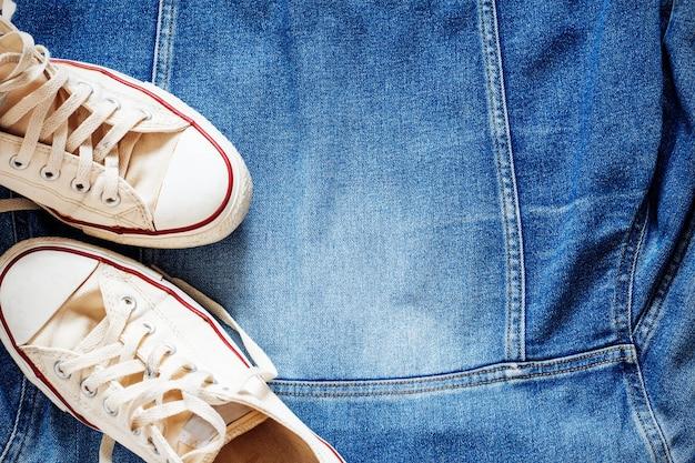 Sneakers su giacca di jeans.