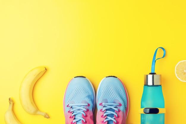 Snickers fitness con frutti su sfondo giallo