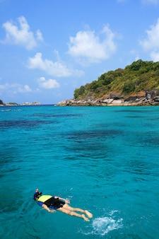 Snorkeling in acqua cristallina, isola di similan, mare delle andamane, thailandia