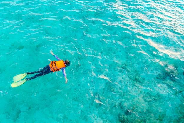 Snorkeling nell'isola tropicale delle maldive.