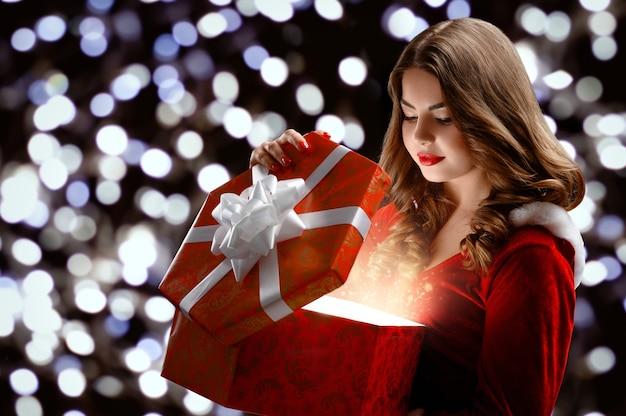 Snow maiden in possesso di regalo per natale e capodanno 2019.
