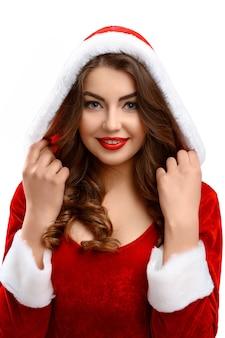 Snow maiden, sorridente indossando il cappuccio, braccia intorno alla testa.