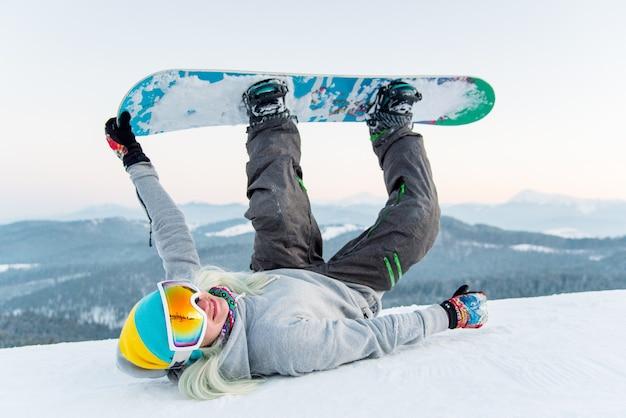 Snowboarder che riposa in montagna