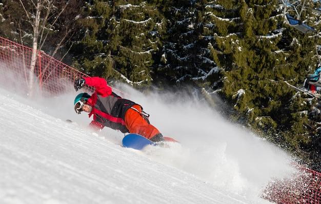 Snowboarder che scia la pista