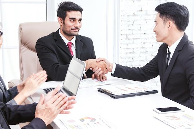 Soci commerciali che agitano le mani in ufficio