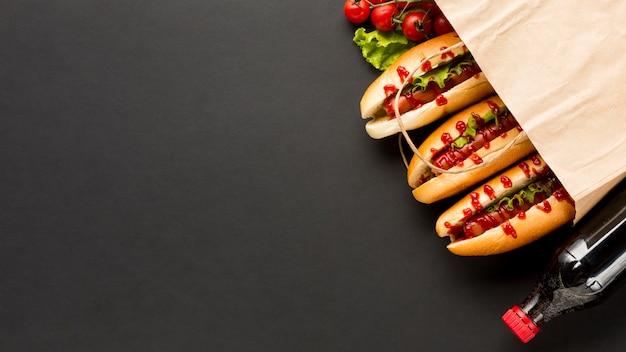 Soda e hot dog in sacchetto di plastica