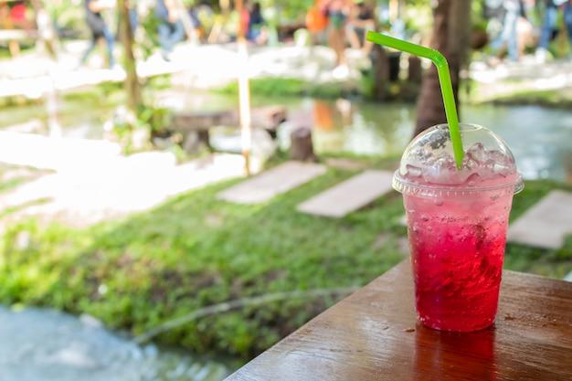 Soda rossa sete fredda in giardino