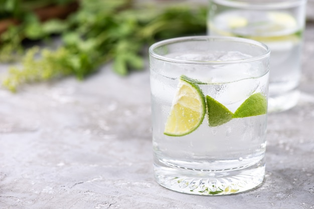 Soda verde limone su legno