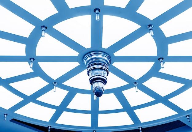 Soffitto circolare, immagine tono blu.