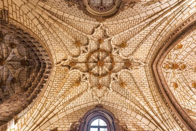 Soffitto della cattedrale del primate di santa maria a toledo, in spagna.