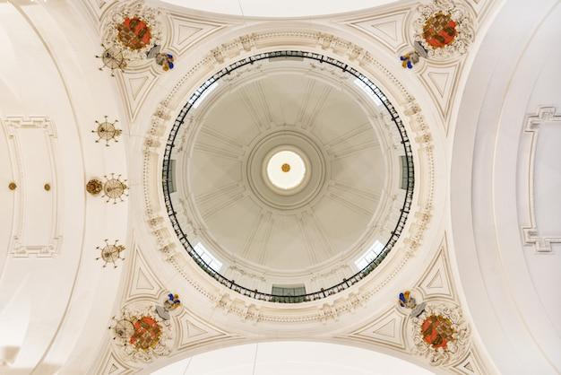 Soffitto della chiesa di san ildefonso a toledo, in spagna.
