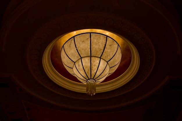 Soffitto di un lampadario in giallo