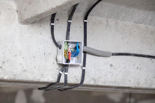 Soffitto per posa cavi. cavi elettrici a parete. sostituzione del cablaggio concept, luce di collegamento in appartamento o in ufficio, installazione professionale, cavi elettrici, filo, isolamento