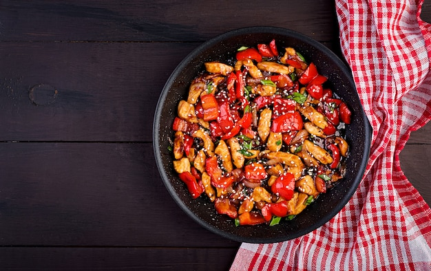 Soffriggere pollo, peperoni e cipolla verde