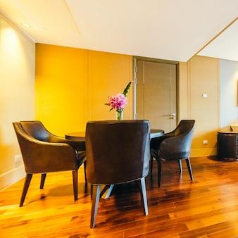Soggiorno con un tavolo di legno e sedie comode