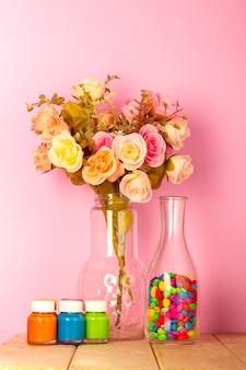 Soggiorno moderno colorato con vaso di rose colorate e rosa pastello