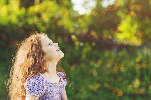 Sognando la ragazza della principessa che osserva in su.