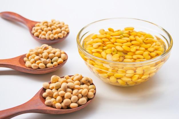 Soia inzuppata o soia in una ciotola di vetro preparare il latte di soia o il latte di soia
