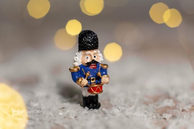 Soldatino di figurina decorativa da uno schiaccianoci a tema.