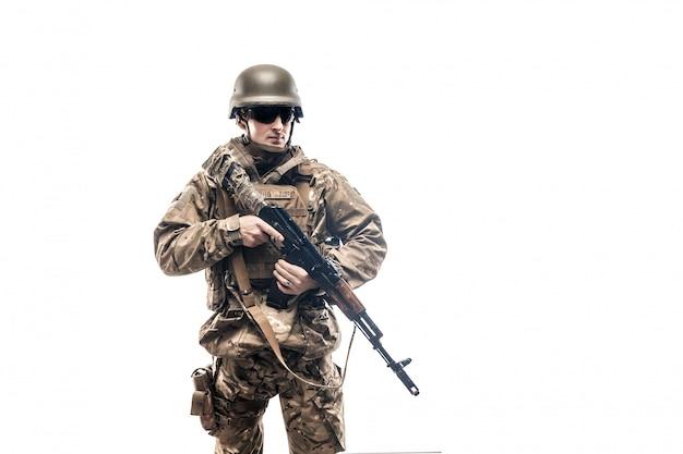 Soldato armato in uniforme